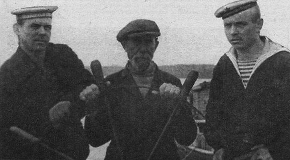 Справа — моторист александр гаврилов