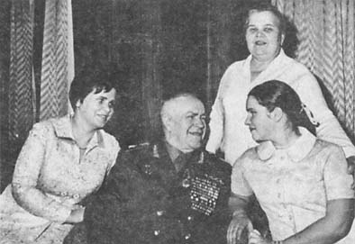 Семья Г. К. Жукова слева жена Галина Александровна, дочь Маша, мать